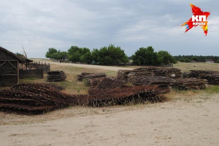 На одном из подворьев мужики в казачьих нарядах выплетают корзины и заборы из лозы, которая растет в Шолоховском районе, как сорняк.