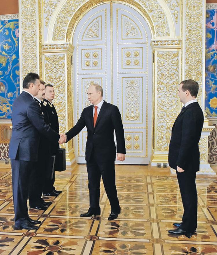 Вот так передается от одного президента  к другому «ядерный скипетр» России.  На фото: Владимир Путин сразу после инаугурации 2012 года принимает ядерный чемоданчик у Дмитрия Медведева и офицеров - «хранителей главной кнопки страны».