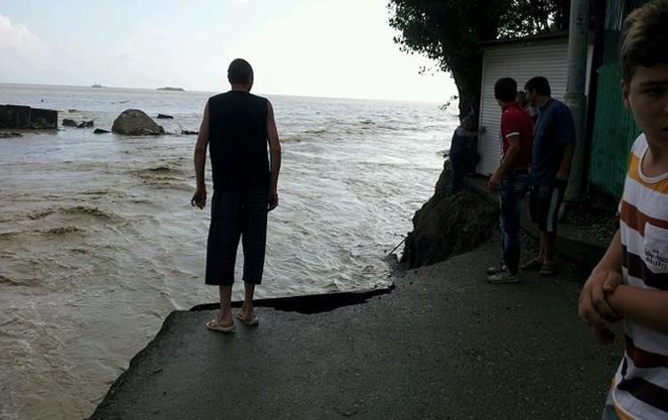 """Дорога к местному """"дикому пляжу перестала существовать. Потоком воды ее просто снесло в море"""