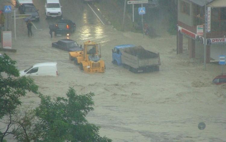 Многие водители оказались заблокированными водным потоком в своих железных конях