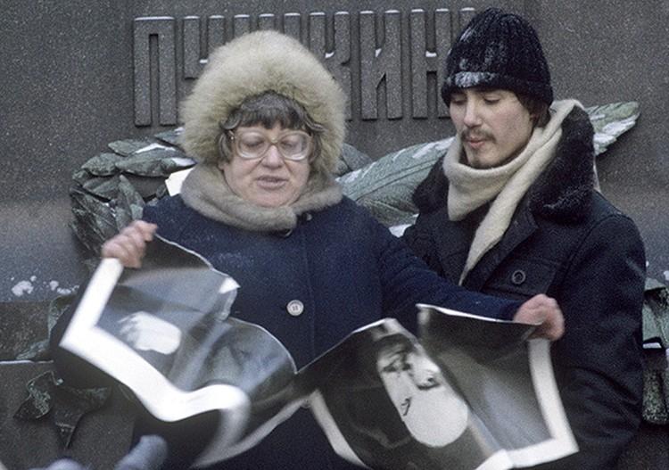 Один из демократических митингов 1989 года. Валерия Новодворская рвёт портрет Ленина.