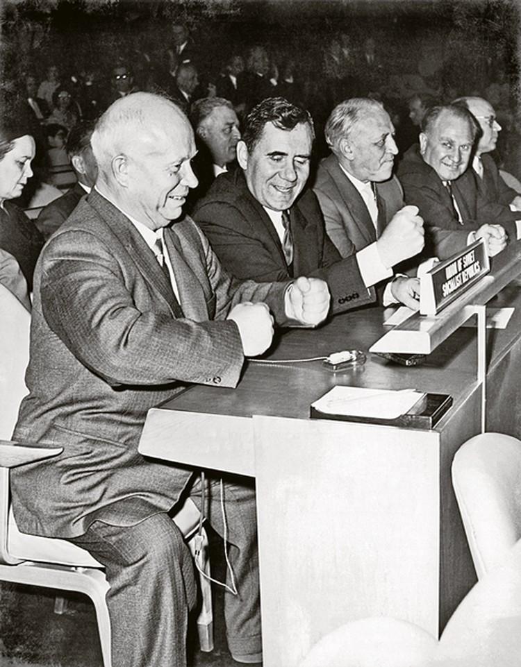 1959 год. Генассамблея ООН. Громыко подстукивает кулаком Хрущеву. Но в глубине души считает, что эта выходка наносит ущерб престижу СССР.