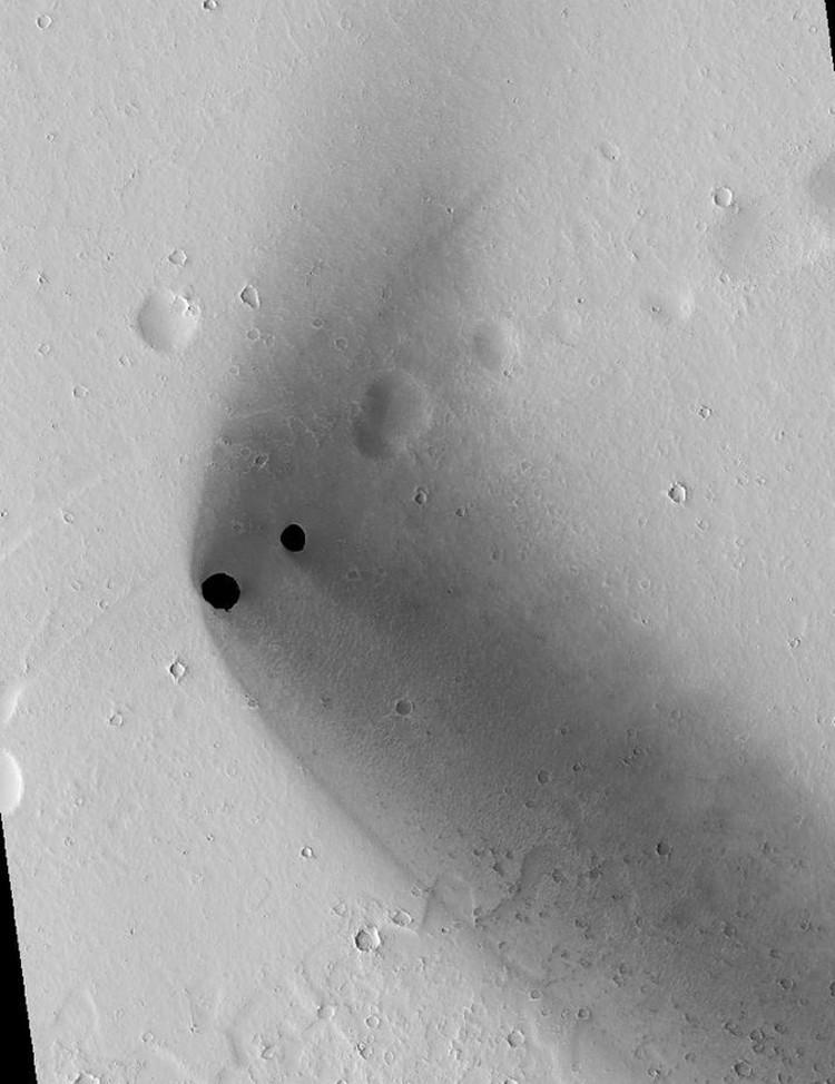 Две дыры, обнаруженные недавно на Марсе