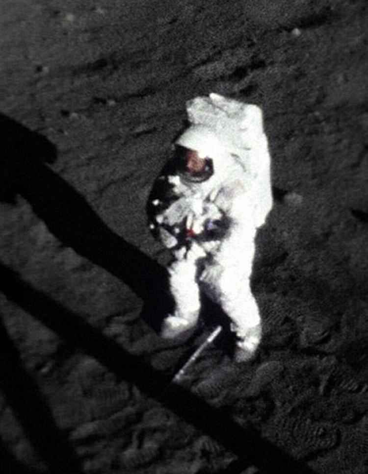 А вот и сам Армстронг - его лицо опознано за стеклом шлема