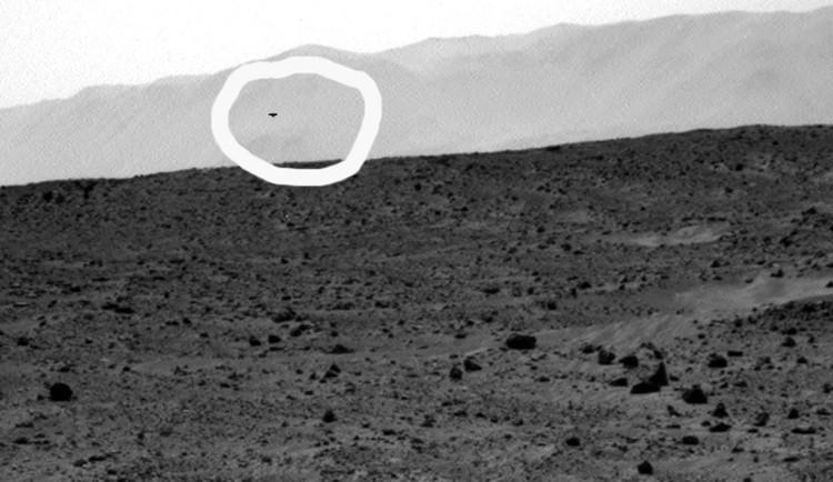 """""""Тарелка"""" парит в горах кратера Гейла: темный НЛО"""