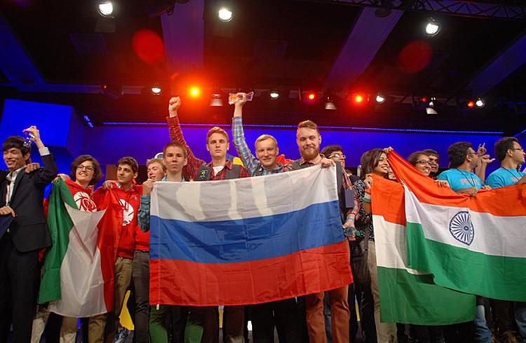 На сцене громадного конференцзала Сиэтла развевается флаг России