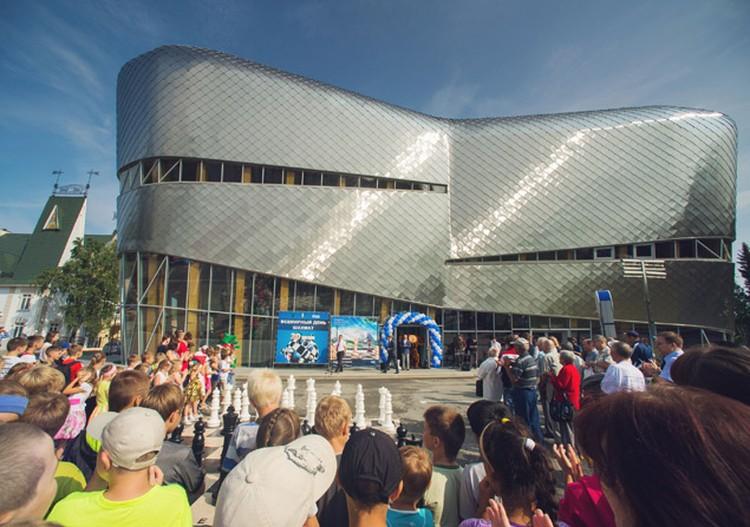 2)Шахматная академия в Ханты-Мансийске, построенная в рамках программы «Родные города», признана победителем международного архитектурного конкурса Best Building.