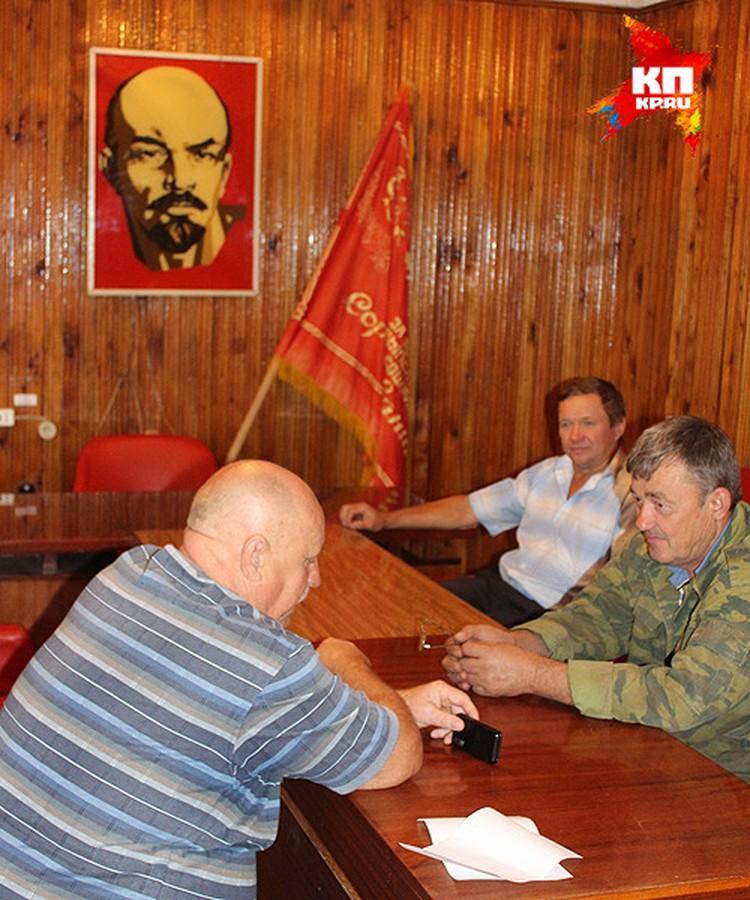 """Виктор Петрунин (по центру рядом со стягом): """"Спасти село можетграмотная экономическая политика государства в сфере АПК""""."""
