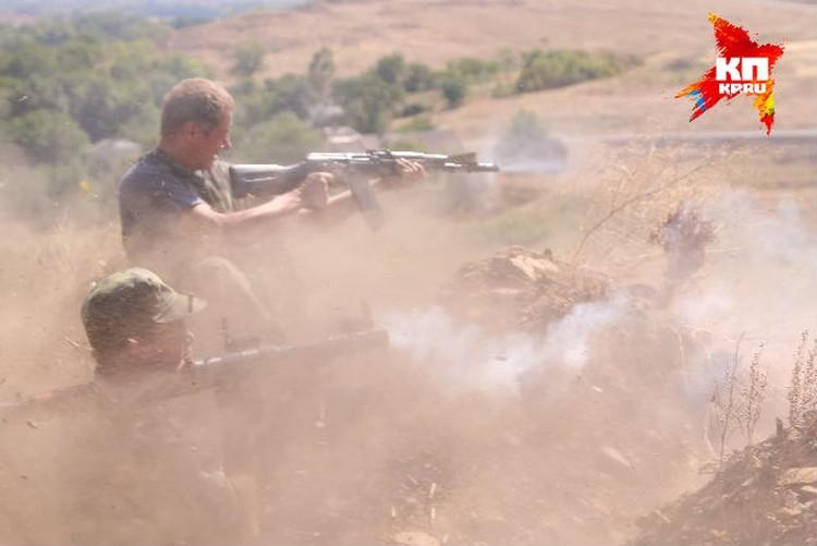 Заметив движение, ополченцы открывают «профилактический» огонь. Рассеянные группы украинских силовиков пытаются идти на вооруженный прорыв, но натыкаются на блокпосты армии ДНР