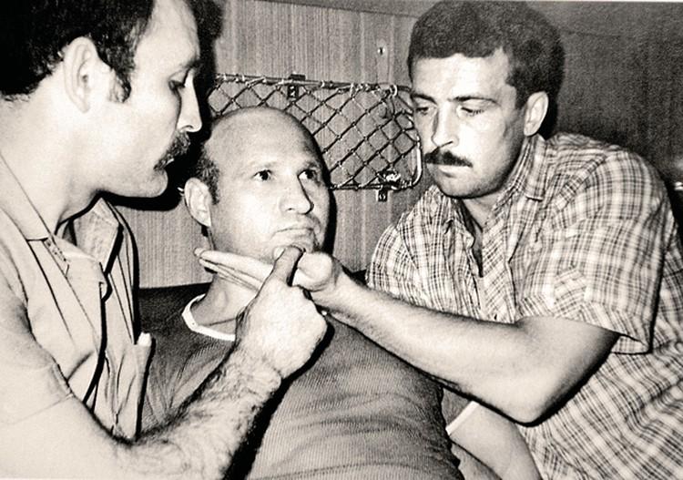 Август 1985 года. Шпиона Геннадия Сметанина (в центре) бойцы «Альфы» захватили в поезде. И первым делом сняли очки: в их дужке была спрятана ампула с ядом. Фото: личный архив.