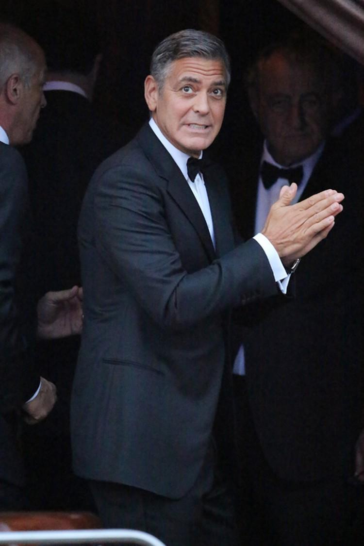 Перед свадьбой Джордж еще раз подтвердил, что не зря считается одним из самых блестящих комедийных актеров Голливуда: он повернулся к толпе и состроил испуганную мину - мол, все. Иду сдаваться.