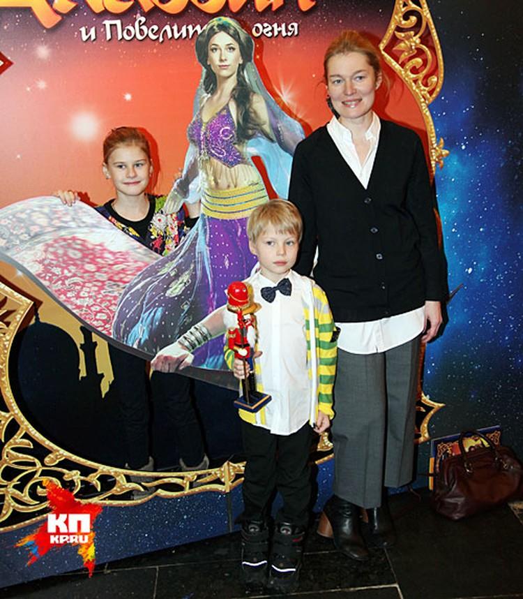 Виктория Толстоганова показала сына и дочь