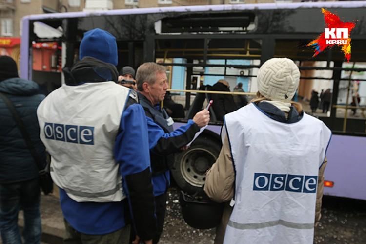 Последними на место трагедии приезжает джип ОБСЕ