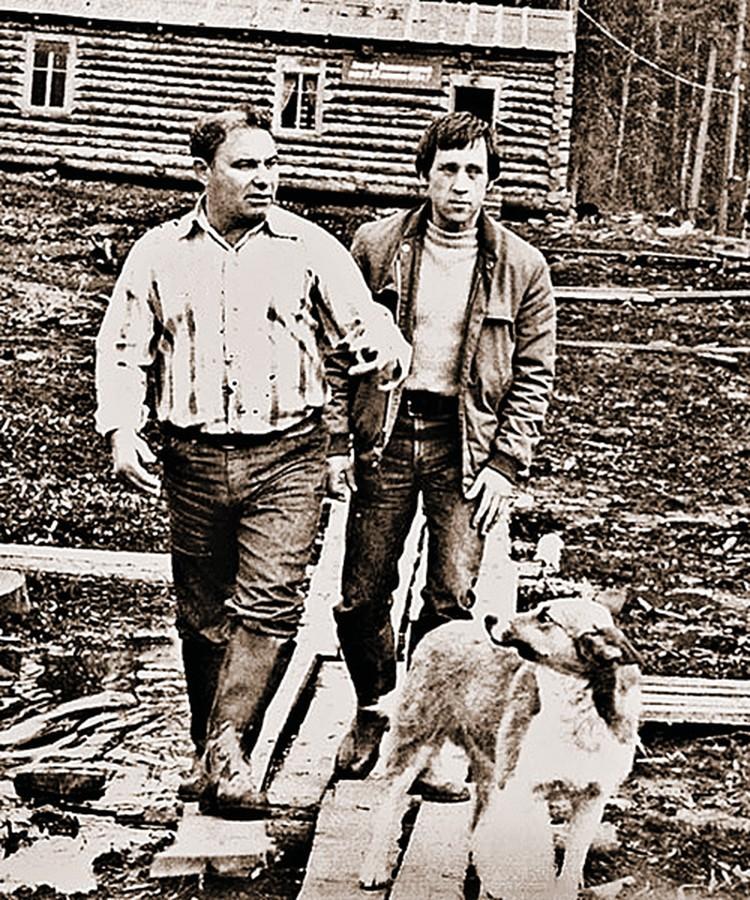 В 1976-м Высоцкий прилетел вИркутск к своему другу Вадиму Туманову (на фото слева), директору золотодобывающей артели, и сам попробовал себя вроли старателя - намыл несколько граммов золота. Фото: личный архив Леонида Мончинского.
