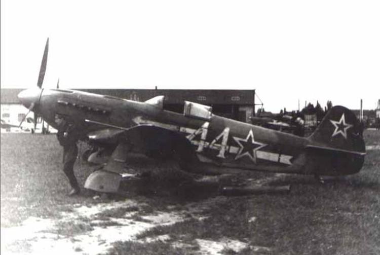 """Самолет полка """"Нормандия-Неман"""" на аэродроме под Хайлигенбайлем."""