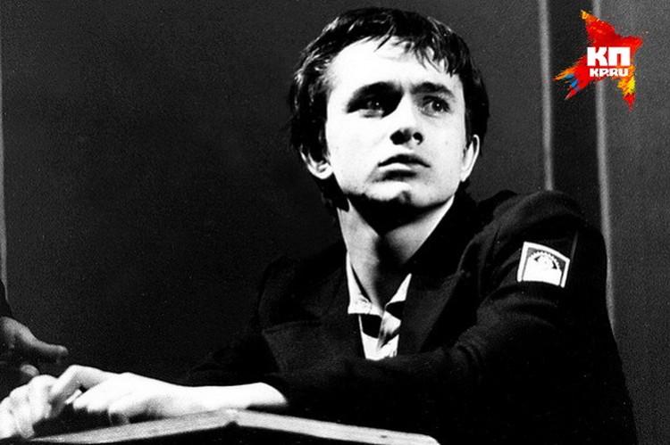 По окончании Новосибирского театрального училища Андрея Звягинцева забрали в армию - в военный оркестр. Командиры к актеру относились лояльно: частенько отпускали на гражданку играть в спектаклях. Этот снимок сделан в 1984 году во время спектакля Гуманоид
