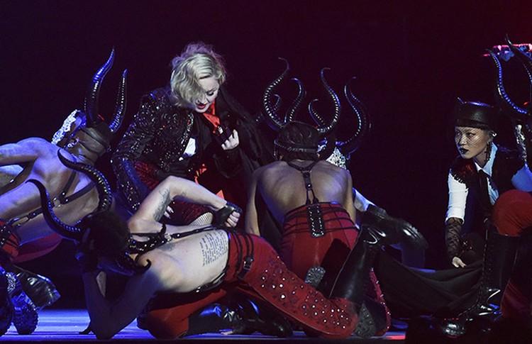 Мадонна спела одну из своих новых песен - Living for love