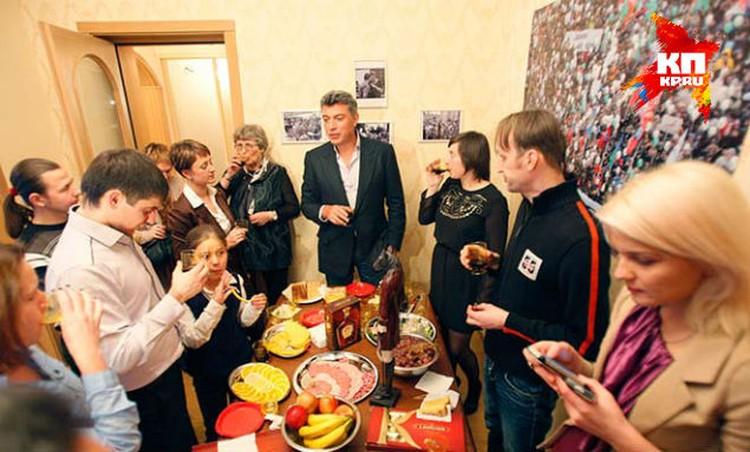 Борис Немцов у себя на новоселье.