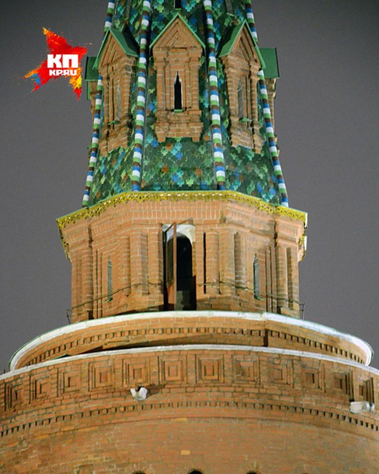 Приоткрытый балкон на Москворецкой башне Кремля, который покажут по западным телеканалам
