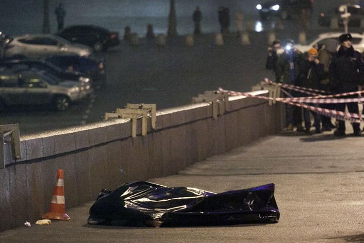 Тело Бориса Немцова лежит на мосту напротив московского Кремля...