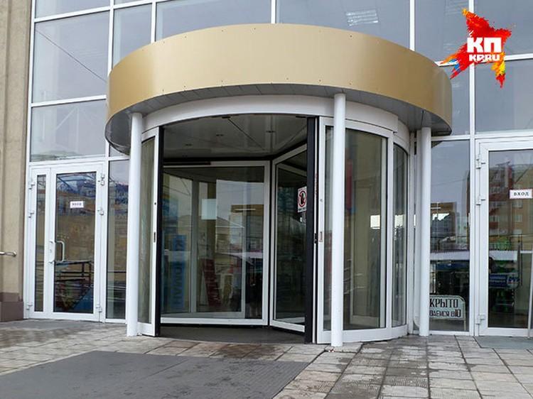 Если во время пожара вырубят свет, такие двери заблокируют выход из здания.