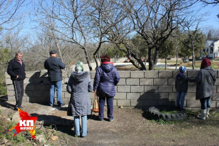 А в это время возле кладбища собрались зеваки - о произошедшем они узнали из новостей...
