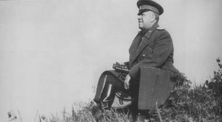 По официальной версии Жукова сослали на Урал за то, что он незаконно вывозил из Германии предметы искусства. А по неофициальной, он просто впал в немилость к Сталину за то, что собрал слишком много народной любви.