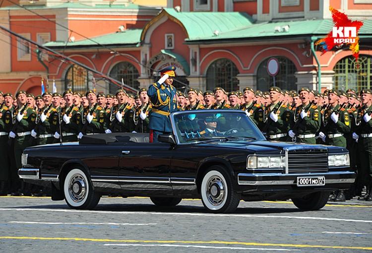 Перед началом Парада Победы на Красной площади министр обороны РФ Сергей Шойгу снял фуражку перекрестился и только потом отправился на парад