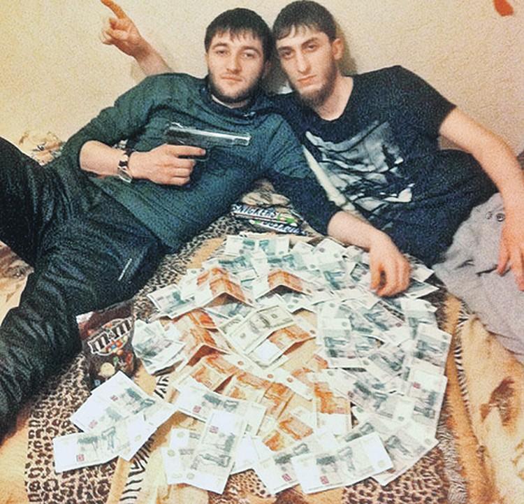 Поселившиеся  в квартире  Гурковых  приезжие с Кавказа выкладывают  в интернет свои фото из захваченной комнаты (качество фото не очень хорошее, оно из соцсетей). Фото: Соцсети