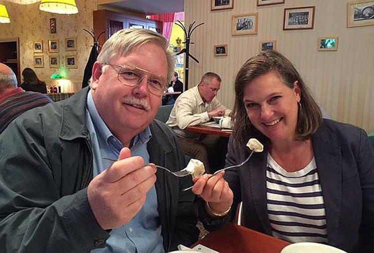 В Москву помощница госсекретаря США Виктория Нуланд прилетела еще в воскресенье. Американский посол Джон Теффт сводил ее в ресторанчик полакомиться пельменями со сметаной. ФОТО: твиттер посольства США в РФ