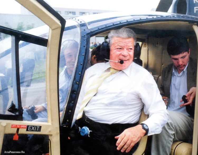 Святослав Николаевич в юности мечтал стать летчиком. В конце концов он получил права на управление вертолетом...