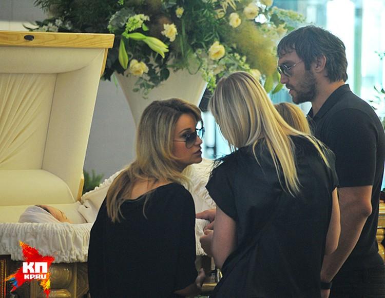 Хоккеист Александр Овечкин, с которым Жанна познакомилась и подружилась на проекте «Большие гонки», долго стоял у гроба
