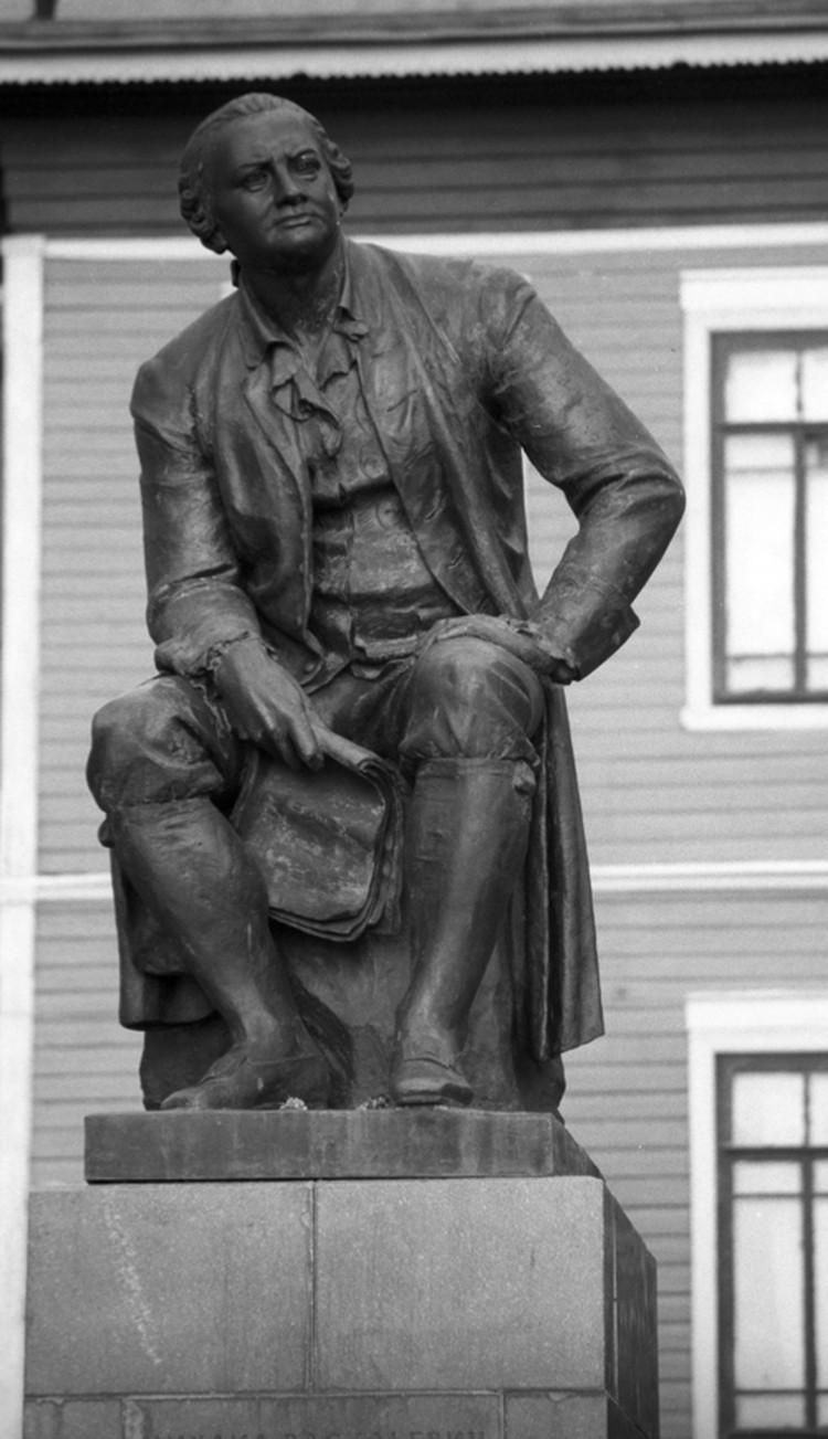 Памятник выдающемуся ученому.