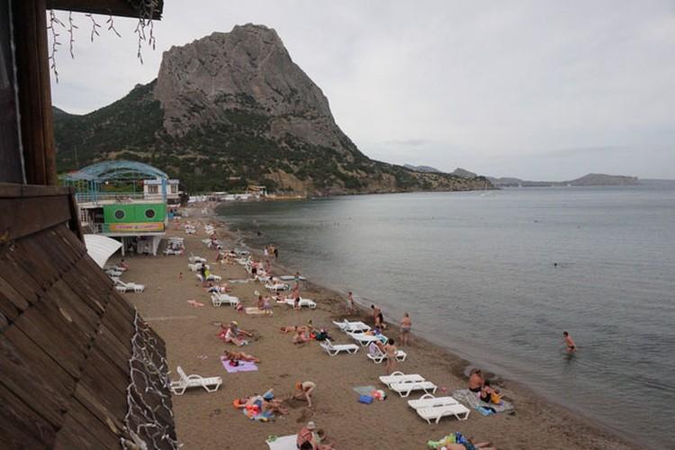 Новый свет, самое красивое место в Крыму и самый крутой пляж со своим микроклиматом. К сожалению, в «высокий» сезон, этот локальный туристический кластер перегружен.