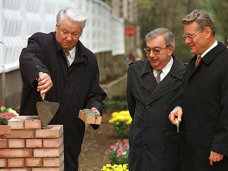 Еще за неделю до того, как без видимых причин отправить Примакова в отставку, первый президент говорил: «Природа еще не создала клина между Ельциным и Примаковым».