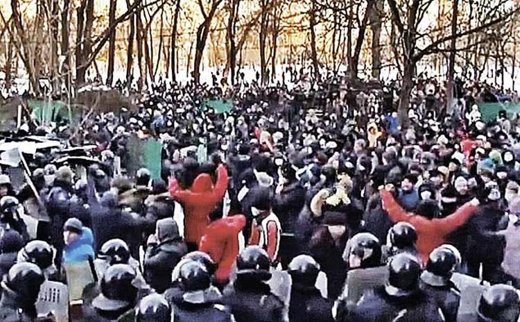 А это Киев, 2014 год. Посмотришь на такие сравнительные снимки и невольно задашься вопросом: спустя год в Ереване заработали те же «цветные» механизмы, что и в Киеве? Больно многовато любителей красного на один квадратный метр... Фото: youtube.com