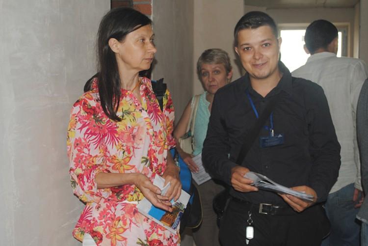 Специалисты застройщика «Донстрой» показали участником тура планировки и ответили на все их вопросы. Фото: Анна Мухтарова
