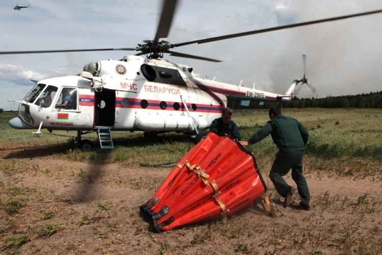 Три вертолета тушили пожар в Хойникском районе. Фото: МЧС.