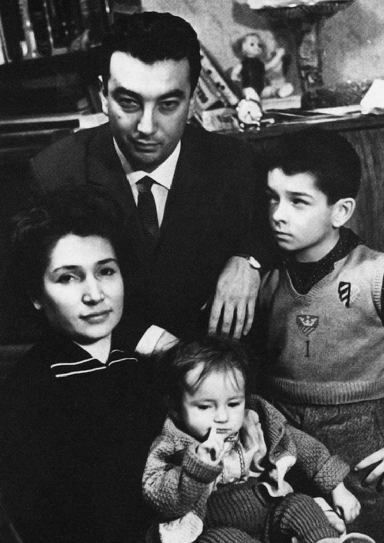 Евгений Примаков с семьей. Фото: личный архив Е. Примакова.