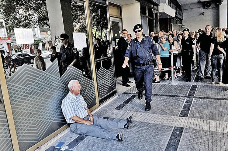 Безденежье довело греков до отчаяния. Этот пожилой человек разрыдался как ребенок, не выдержав долгого стояния в очереди к банкомату. Перед референдумом на руки по карточке можно было получить лишь 60 евро в сутки.  Фото: EAST NEWS