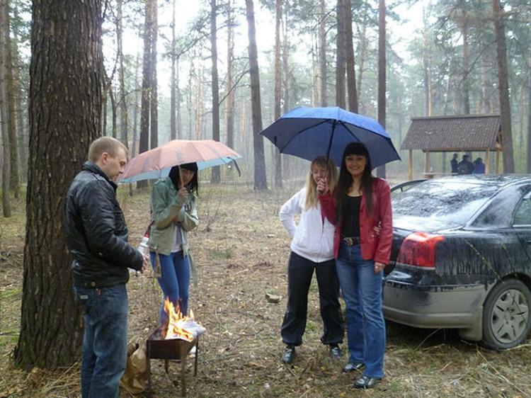 Под зонтиком, у мангала, да еще и под деревом - кошмар!