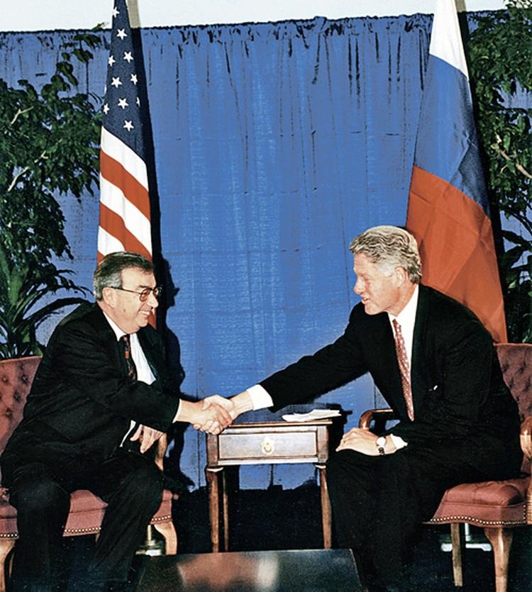 Евгений Примаков поддерживал отношения с теми, кто изо всех сил навязывал нам капитализм (на фото справа - экс-президент США Билл Клинтон). Фото: личный архив Е. Примакова.