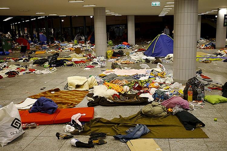 Пустые помещения вокзала в Будапеште после того, как отсюда уехала очередная партия сирийцев. Вещи можно оставить: на пособия можно будет купить новые.