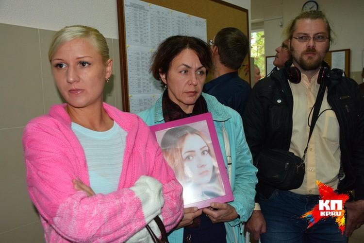 В суде собрались не только журналисты, но и общественники. Некоторые пришли с портретом убитой девочки.