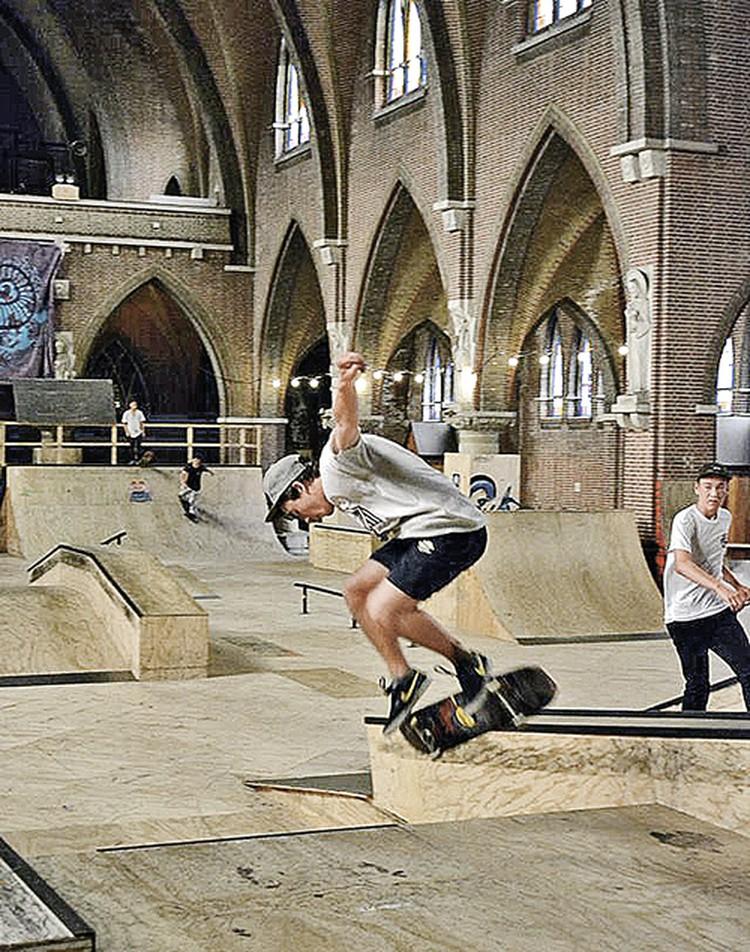 Нидерланды, город Арнем, в храме 1928 года постройки открыли скейт-парк, а в лютеранской церкви - бар «Франкенштейн». Фото: facebook.com/skatehalamhem