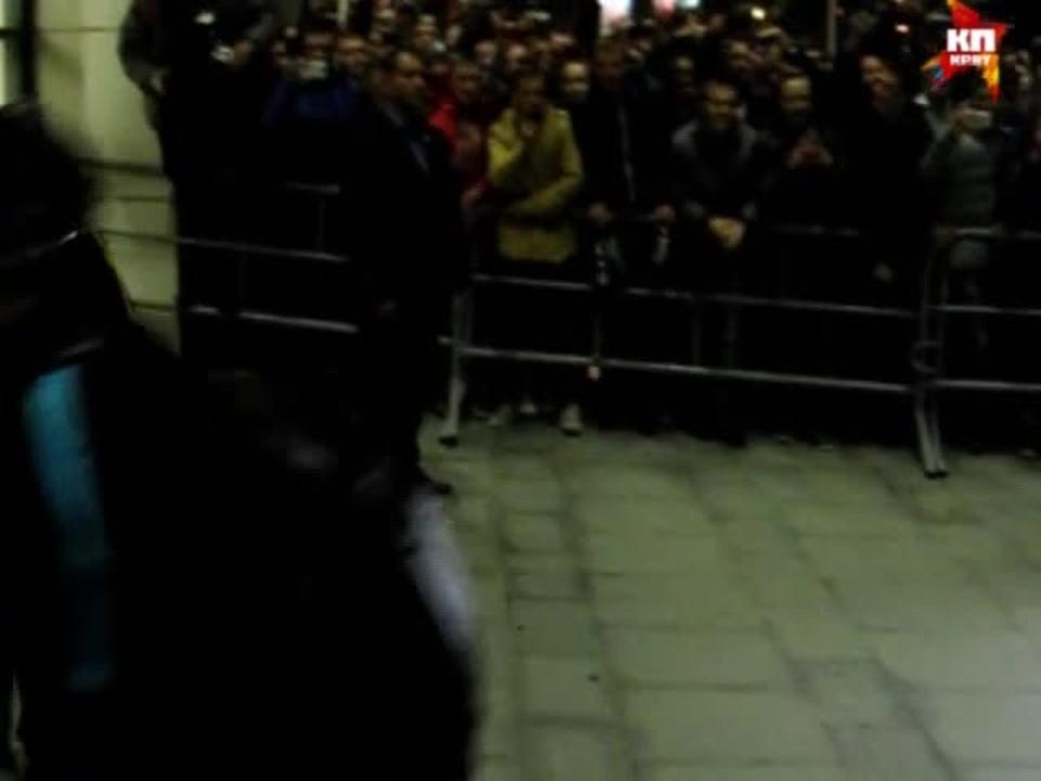 """Игроки """"Барселоны"""" подъехали к отелю с черного входа и прошли мимо фанатов"""