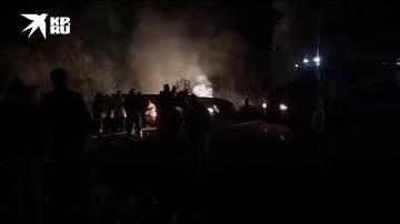 Спасатели работают на месте крушения самолета под Харьковом