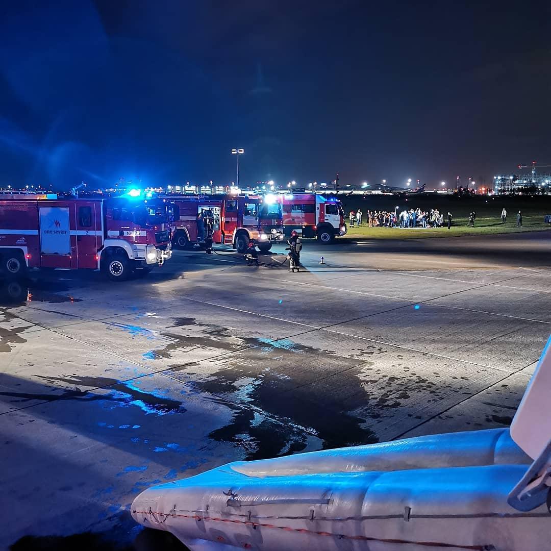 Задымившийся самолет в Шереметьево: фото
