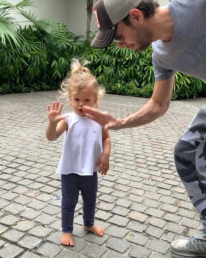 Папа играет с дочкой