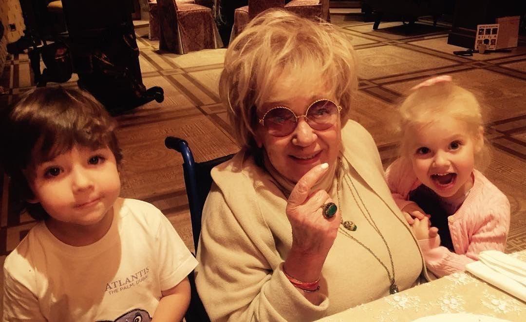 Пугачева опубликовала в Инстаграме фото Галины Борисовны со своими детьми